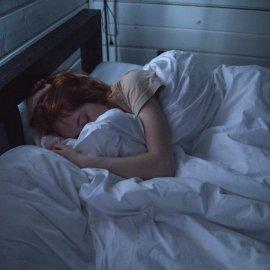 7 geniale manieren om rimpels te voorkomen terwijl u slaapt!