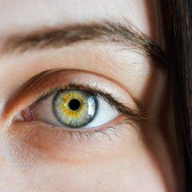 Hoe verzorg je de gevoelige huid rondom de ogen?
